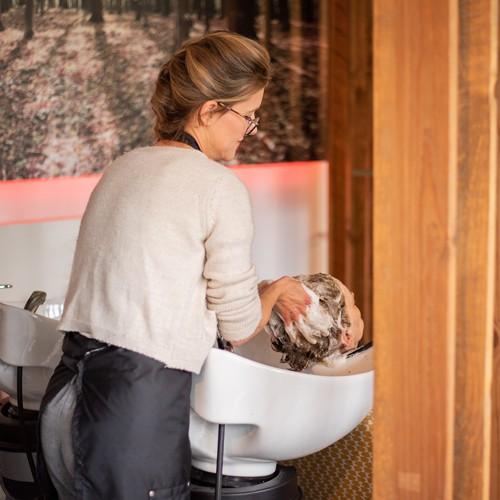 Lotte wast het haar van haar klant in knapsalon