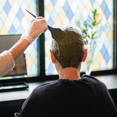 Lotte aan het werk in haar salon als biologische kapper in Alken